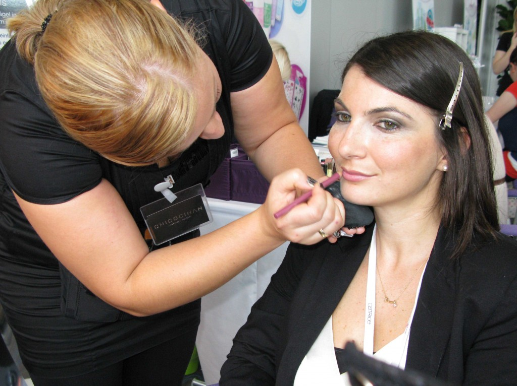 Nina wird geschminkt