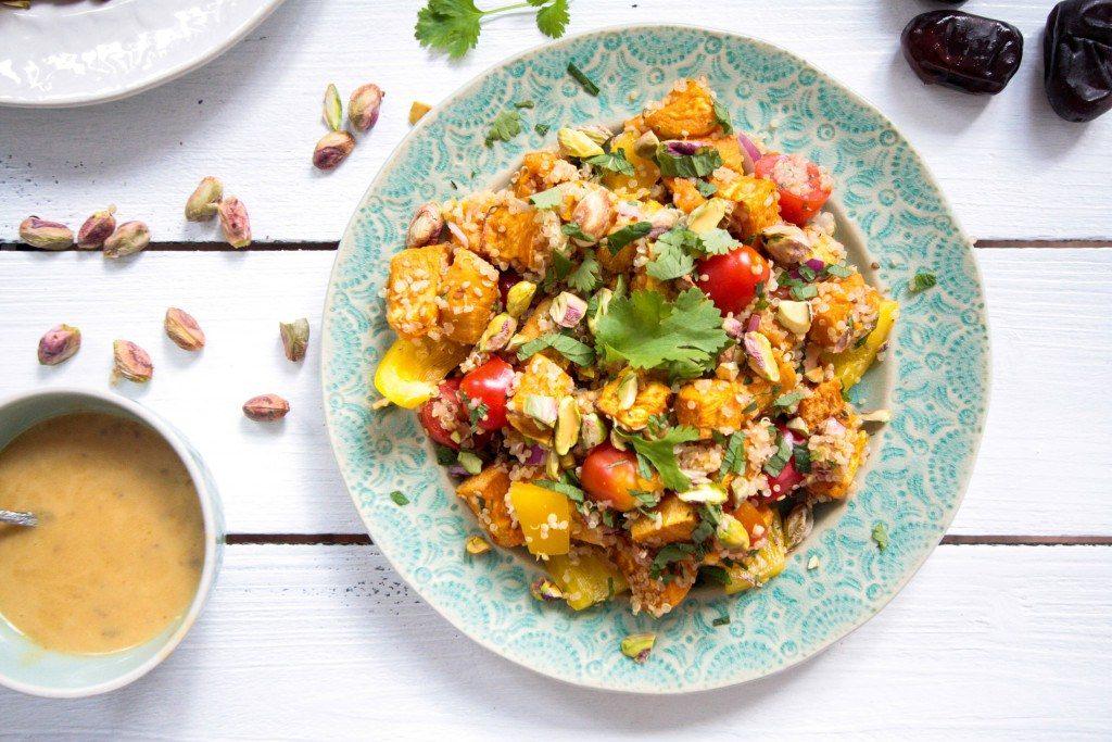Sesam-Süßkartoffel-Quinoa-Salat-mit-Pistazien-und-Dattel-Dijon-Dressing-8-1024x683